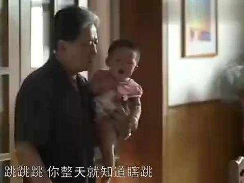 父母爱情:一家人聚在一起吃饭趣事多,饭吃一半还能吵起来,贼逗