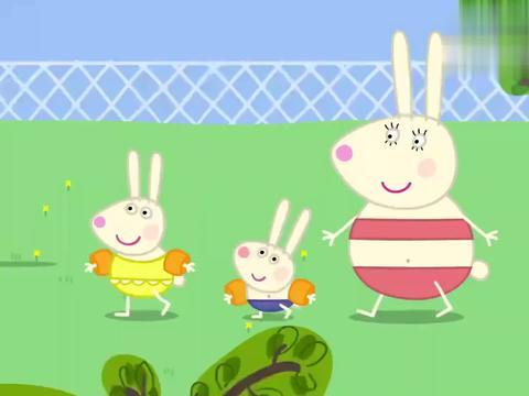 小猪佩奇:乔治小兔练习踢水,俩姐姐自夸游得好,结果水花也超大