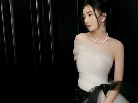 杨幂微博之夜盛典造型,黑白褶皱薄纱,单肩鱼尾设计,典雅高贵