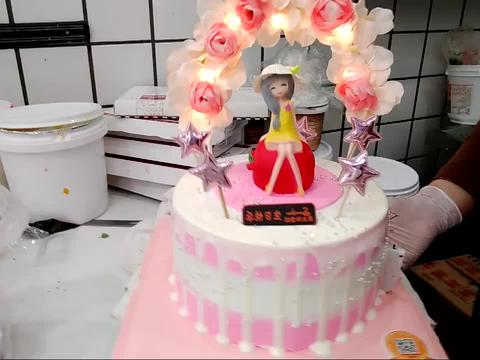 好漂亮的一款拱门少女蛋糕,蛋糕上的花环做得好有创意啊!