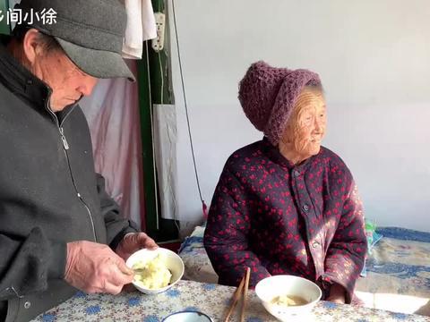 古稀儿子伺候百岁妈妈吃饭,您照顾我小,我伺候您老