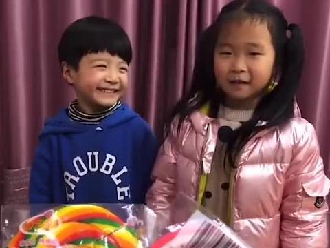 童年趣事:妈妈给小萌娃们带来好吃的棒棒糖