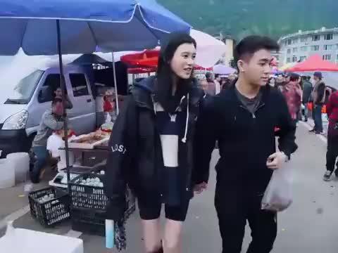 奚梦瑶津津有味吃路边餐,谁注意梁安琪的反应,婆媳关系一目了然