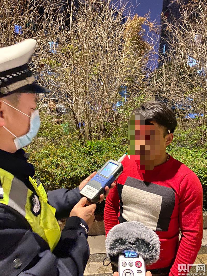 [新闻纵横]落实公安部统一部署,江西南昌交警夜间严查酒驾、超员等违法行为