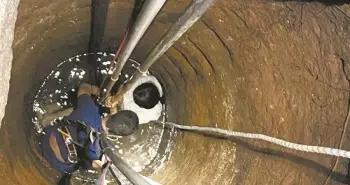 南安:女子坠入8米深井 消防员深夜救起