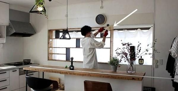 只要厨房还有1㎡,日本都不放过做收纳,窗口打多层架,储物翻倍