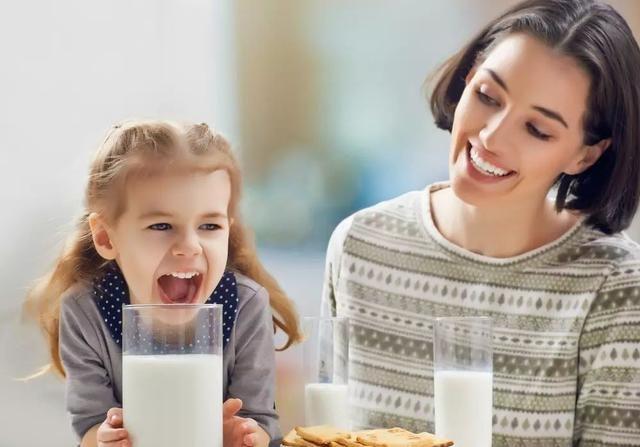 双胞胎兄弟,一个常吃钙片一个常喝牛奶,长大后差距不止一点点