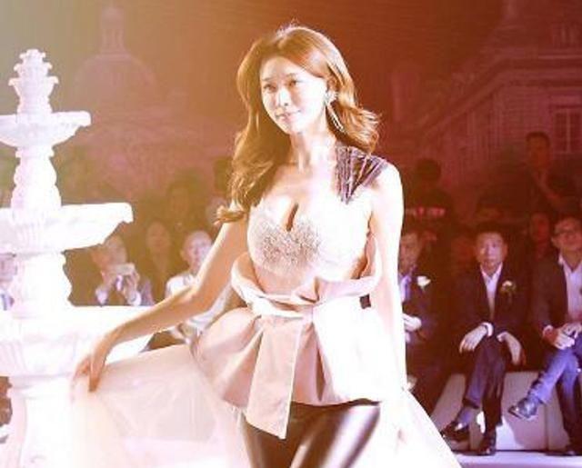 林志玲穿抹胸裙配皮裤出席活动,个性穿搭却更显女人味
