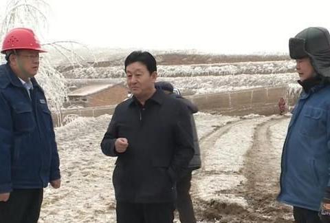 甘肃省会宁县领导看望慰问风雪中坚守的电力工人