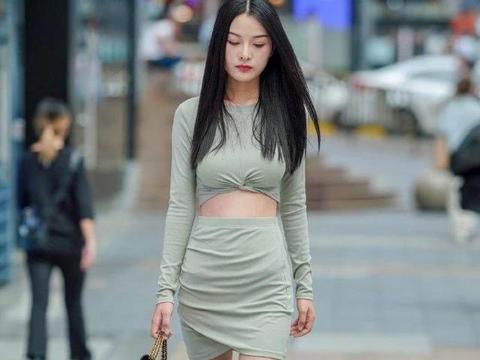 圆领长袖上衣搭配包臀裙,长腿细腰,走在大街上回头率很高