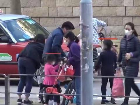 3孩子骑车玩耍,全家吃快餐外卖超接地气