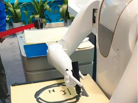 机器人画师为美女画肖像,作品让人意外,网友:真不错