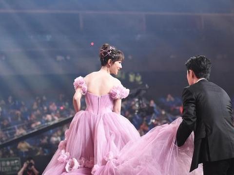 肖战晚会现场为杨紫提裙摆尽显绅士,杨紫回头微笑示意
