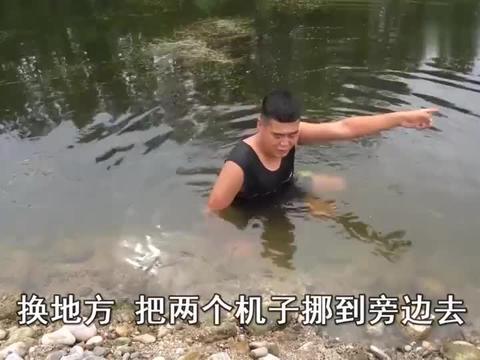 农村小伙抽水坑抓鱼,抽干后坑底鱼群沸腾,越抓越来劲