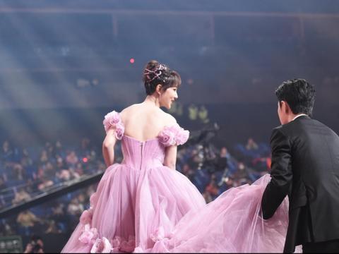 肖战为杨紫提起裙摆,十分绅士。
