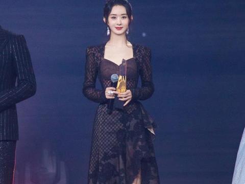 赵丽颖穿蕾丝黑裙领奖,与张小斐同框超养眼,生娃后更加沉稳大气