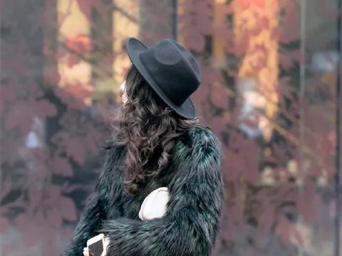 美女搭配上一双一字肩的高跟鞋,采用了小花点缀看上去青春又靓丽