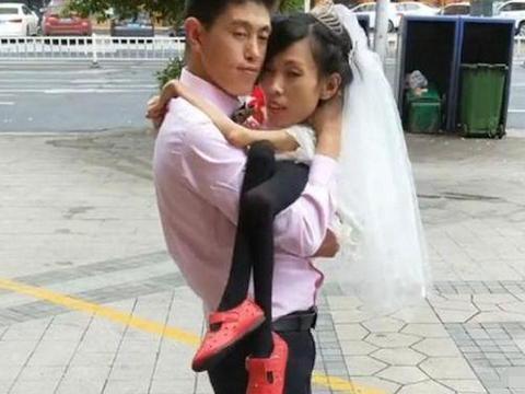 90后小伙娶体重仅有32斤的残疾女孩, 婚后把妻子宠成掌上明珠!
