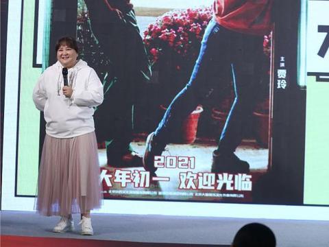 贾玲虽然胖但还挺会穿,白色卫衣配粉纱裙挺减龄,笑容憨憨真可爱