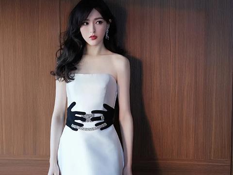唐嫣身穿不同风格抹胸裙的造型,光彩而又耀人,十分的养眼吸睛