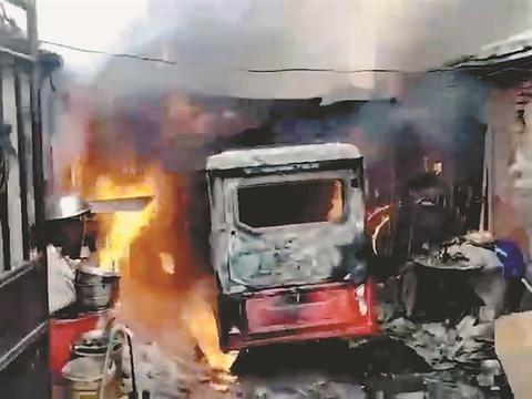 港田车充电起火,消防员抢出喷火煤气罐