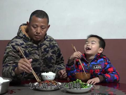 儿子开始换牙了,新牙旧牙参差不齐,刘老九一脸担忧