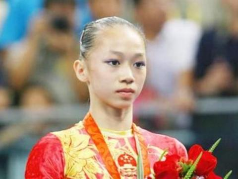 曾被誉为国家队第一美女,体操女神结婚了,如今穿着打扮气质十足
