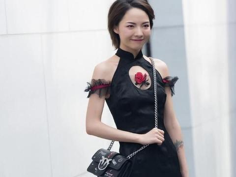 这件黑色连衣裙中间有一朵玫瑰,有一种复古的感觉