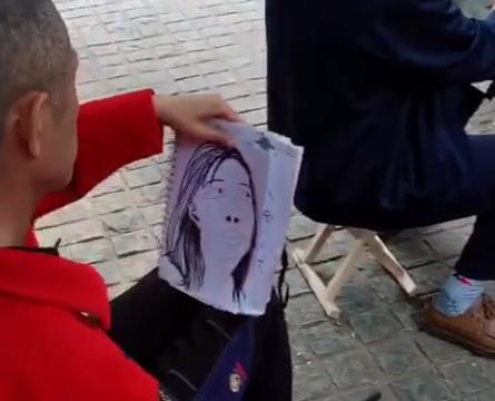 女孩逛公园看见写生艺人,于是花100买一张临摹,完工后不淡定了