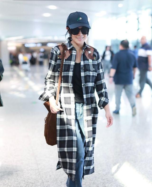 刘若英现身机场,长款格纹衬衫配牛仔裤,显瘦还减龄