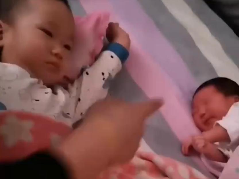 """太有爱!小男孩第一次见刚出生的弟弟,举手投足间尽显""""兄弟情"""""""