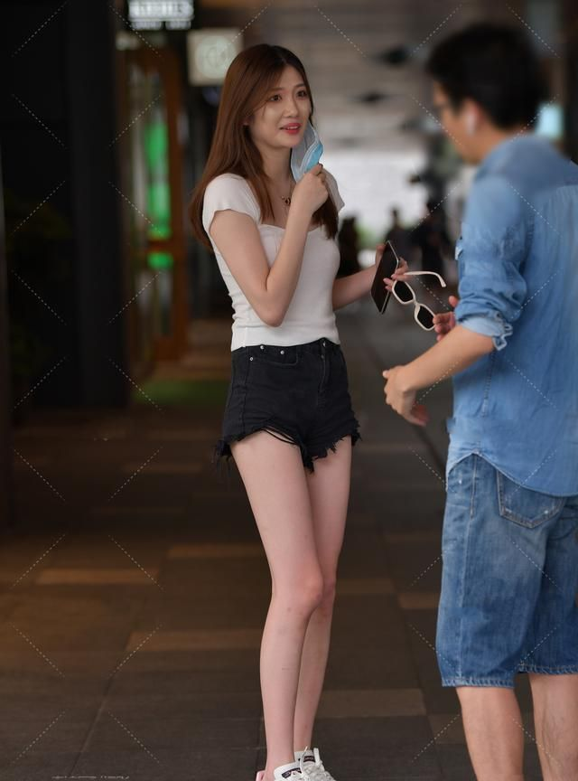 白色针织衫搭配黑色毛边裤,日常休闲,简约活泼