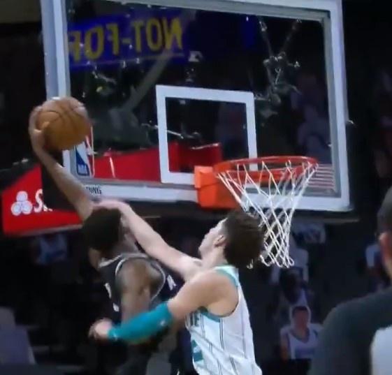 三球一巴掌将快攻扣篮的福克斯呼到地板上 吃到一级恶意犯规