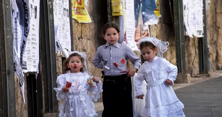 以色列儿童身着华服庆祝普珥节 老街区一派喜气洋洋