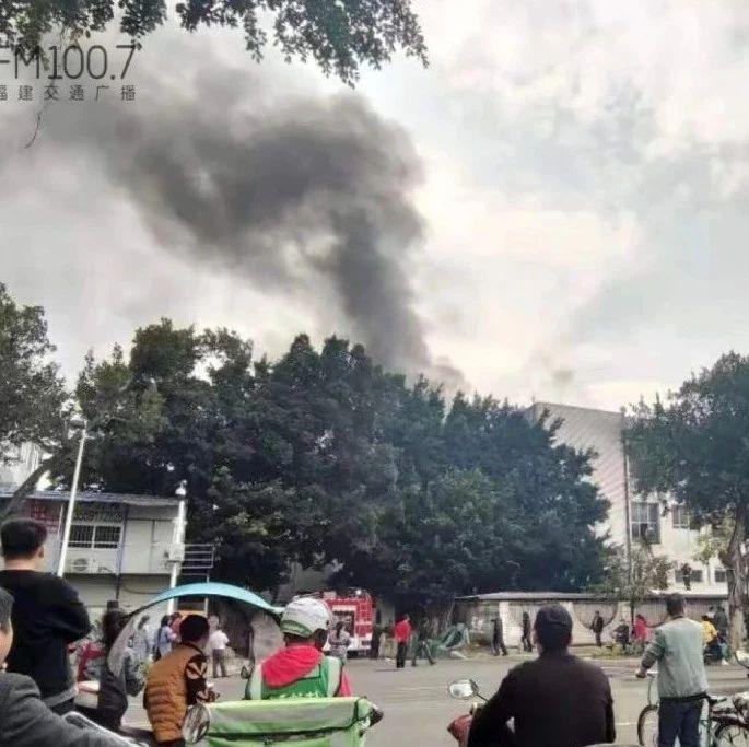 福州一厂房起火,消防员破开建筑灭火!
