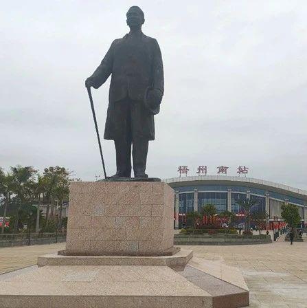 南广高铁梧州南站站前广场树立关冕钧雕塑