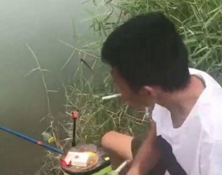 男子池塘钓鱼就点根烟的时间,接下来的让他难以置信!
