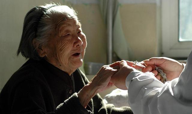 王大爷普通的一生:无儿无女的老人,转身没有温暖,只有凄凉