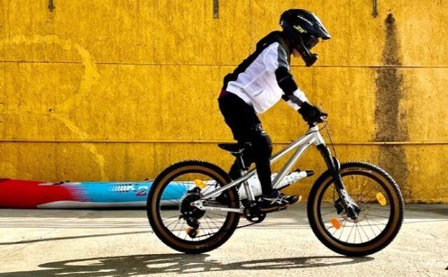 刘若英晒儿子近照,6岁钟小弟身穿骑士衣踩单车,酷又帅超阳光