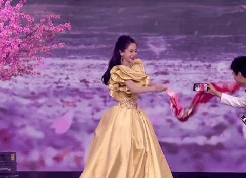 张小斐活动全程戴红绳,杨颖穿公主裙模仿大妈甩丝巾,网友笑疯了