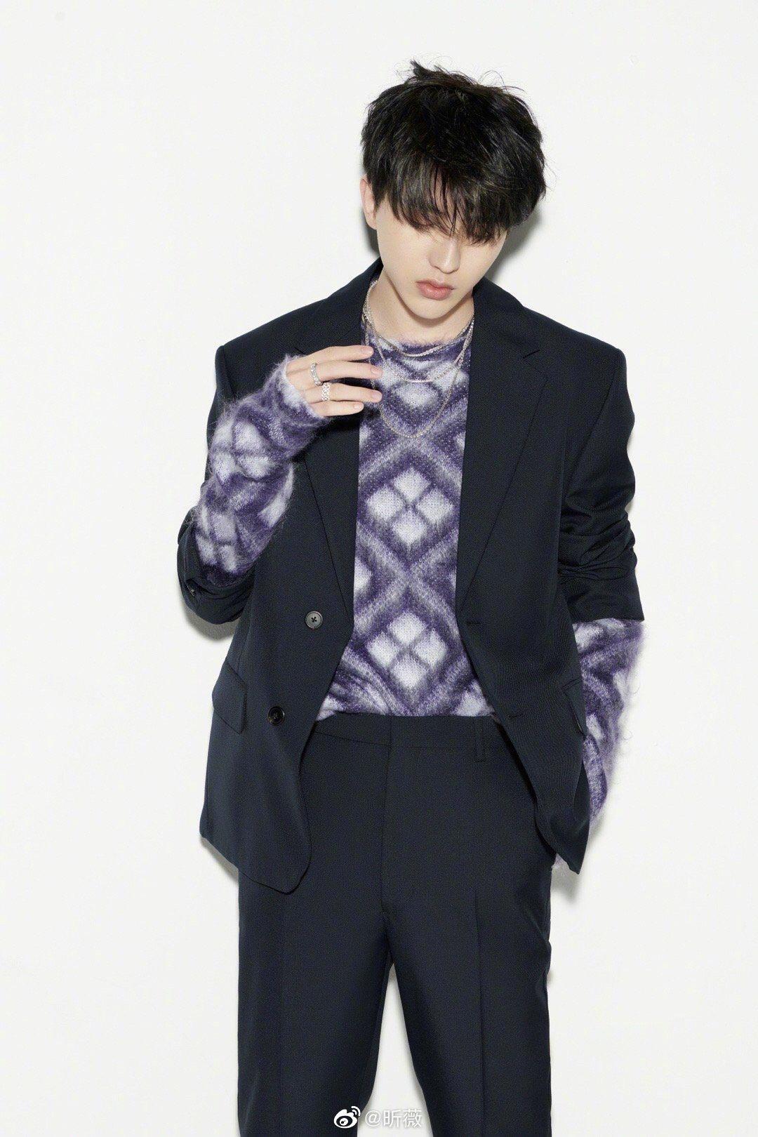 活动造型曝光,一身黑色西装搭配紫色菱格纹毛衣,温暖有型……