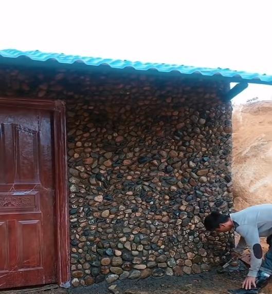 在农村盖红砖平房,用一堆毛石块铺满外墙,比瓷砖真石漆结实耐用