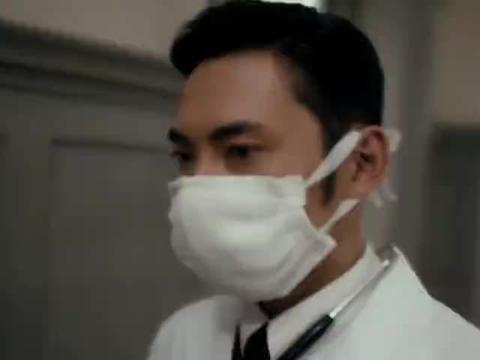 小伙命在旦夕,不料医生突然出手救他,医生竟是失散多年的大哥!