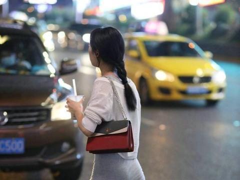 美女白色长衫搭配灰色长裙,穿行在街头夜色里,十分迷人