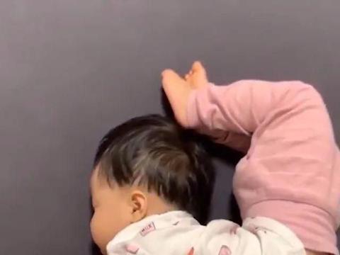 """宝宝""""高难度睡姿""""火了,掀开宝宝被子后,网友:我一个也做不来"""