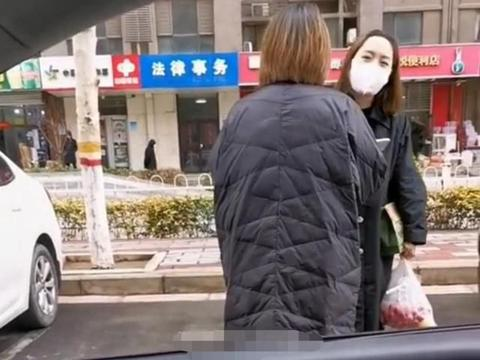 女子人肉占车位,女车主质疑遭女子回怼:不跟狗说话