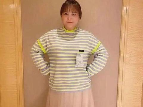 贾玲不当导演当模特,穿粉裙子还瘦出尖下巴,网友:胖回来吧