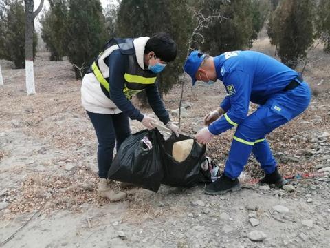 捡垃圾——石嘴山市蓝天救援队徒步7公里用时4小时开展志愿活动