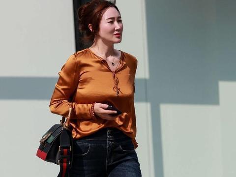 辣妈春季潮搭,绸缎面衬衫配牛仔裤,成熟美丽又有时尚魅力