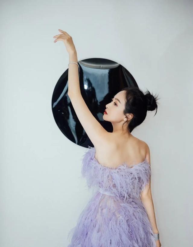 宋茜紫色羽毛裙,穿最仙的裙子,走最霸气的步伐!